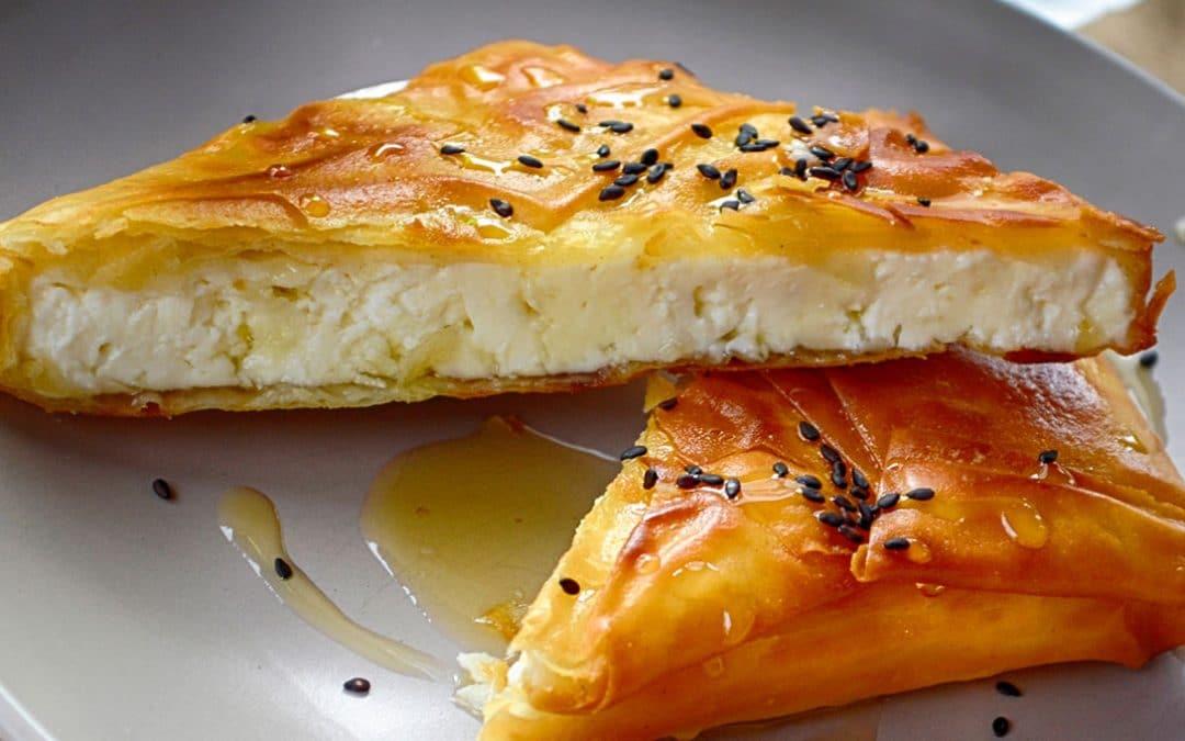 Hojaldrado de queso, pera y miel