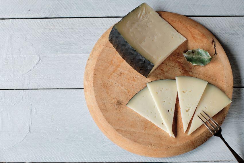 Qué es la corteza de los quesos: ¿se pueden comer?