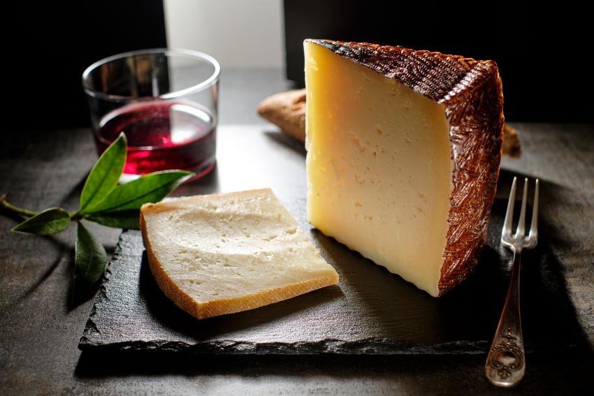 ¿Qué es el queso curado y en qué se diferencia de otros quesos?